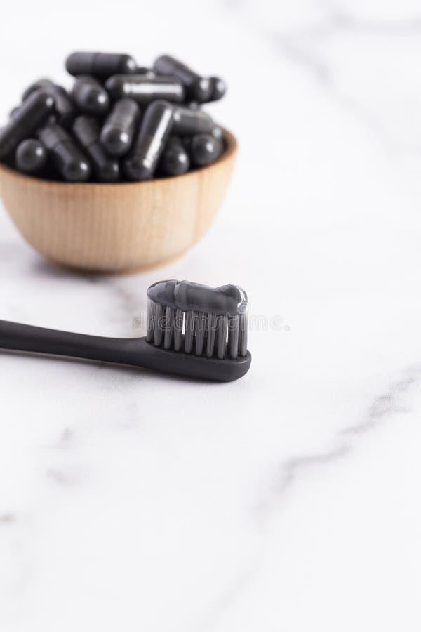 Czarna pasta do zębów z kapsułą Aktywowany węgiel drzewny zdjęcia stock