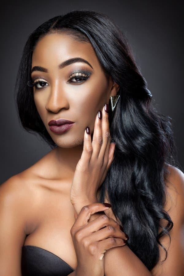 Czarna piękna kobieta z luksusowymi kędziorami obraz stock