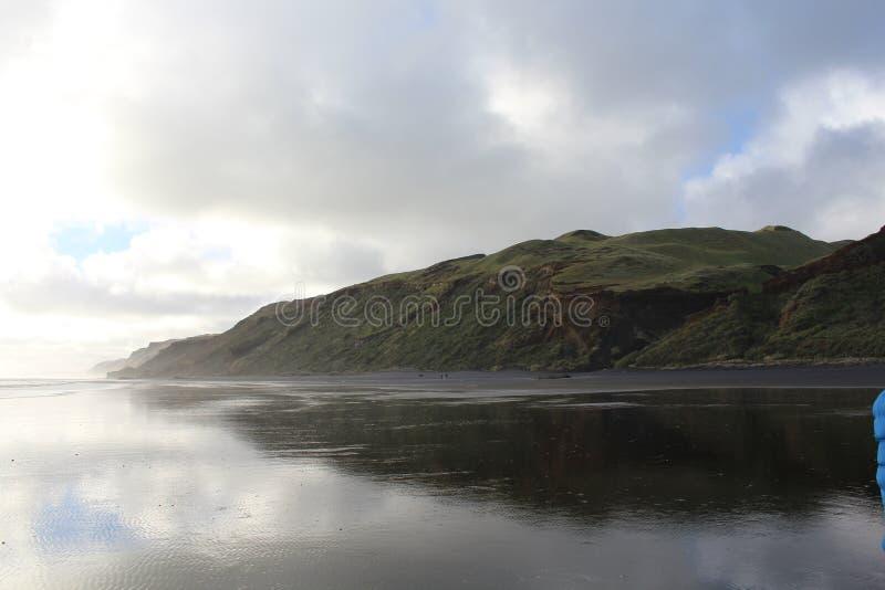 Czarna piasek plaża w Auckland zdjęcie royalty free