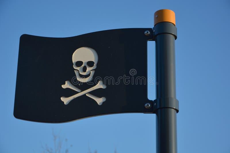 Czarna plastikowa pirat flaga fotografia stock