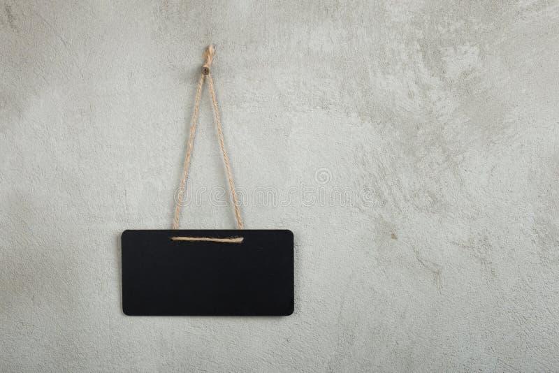 Czarna pusta zawiadomienie deska, blackboard, chalkboard z kopii przestrzenią na popielatym zdjęcia stock