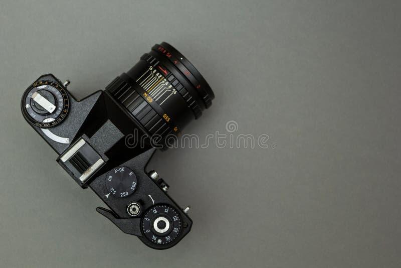 Czarna retro kamera w górę szarego tła dalej, pojęcie zdjęcie royalty free