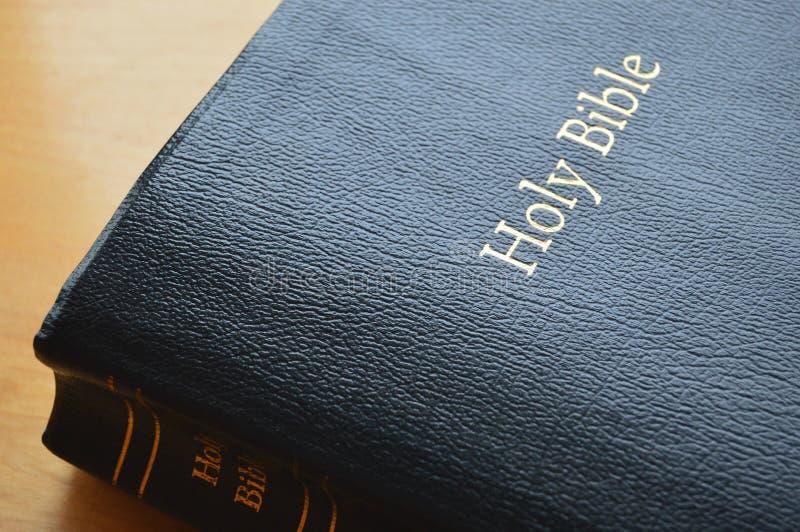 Czarna Rzemienna Święta biblia fotografia stock