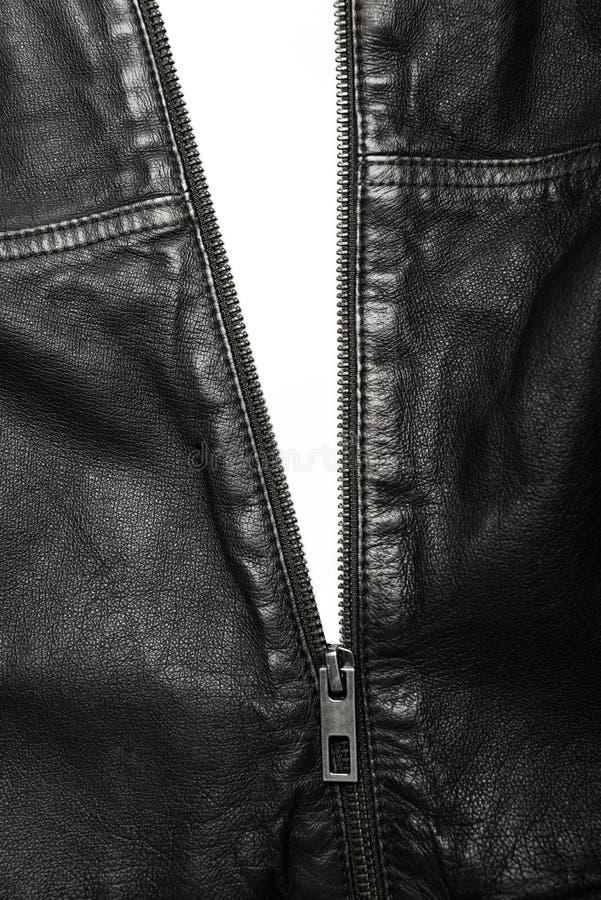 Czarna skórzana kurtka z zamkiem błyskawicznym częsciowo otwartym zdjęcia stock