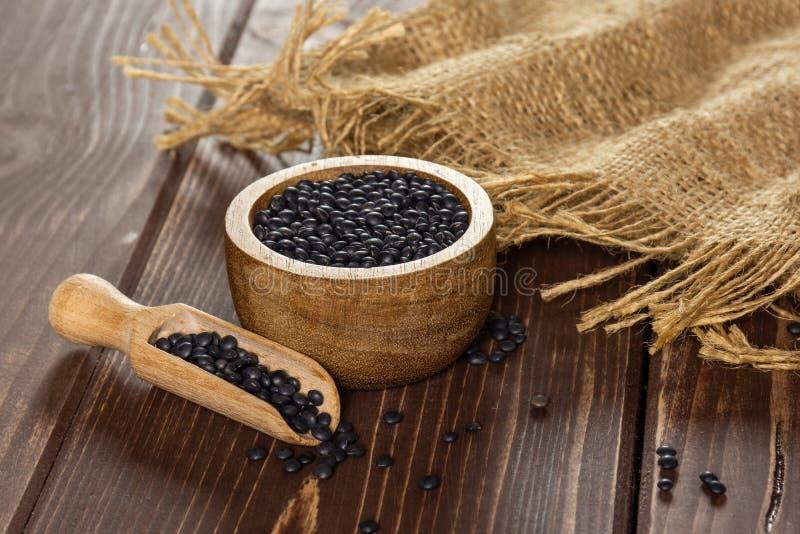 Czarna soczewicy bieługa na brązu drewnie obrazy royalty free