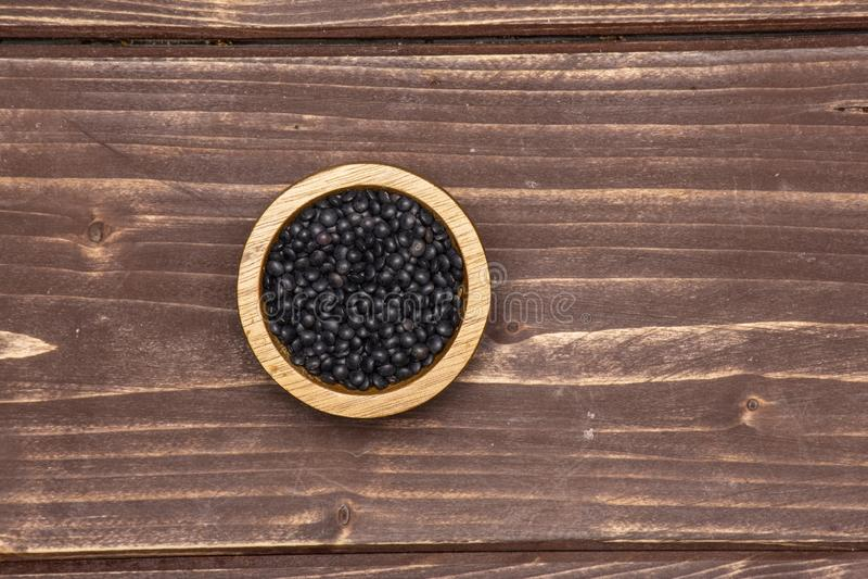 Czarna soczewicy bieługa na brązu drewnie zdjęcie royalty free