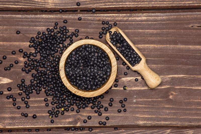 Czarna soczewicy bieługa na brązu drewnie fotografia royalty free