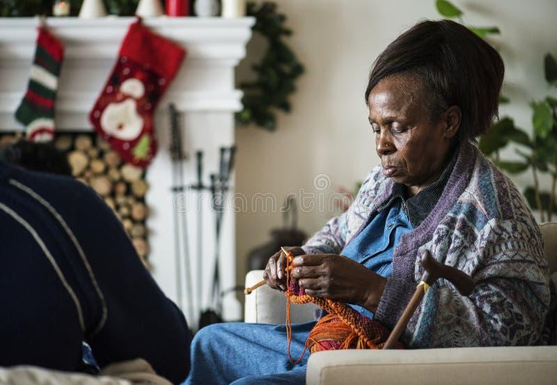 Czarna starsza kobieta w Bożenarodzeniowym wakacje obrazy stock