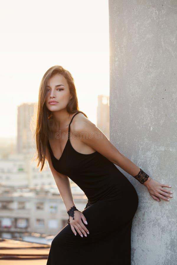 Czarna suknia i miasto obraz stock