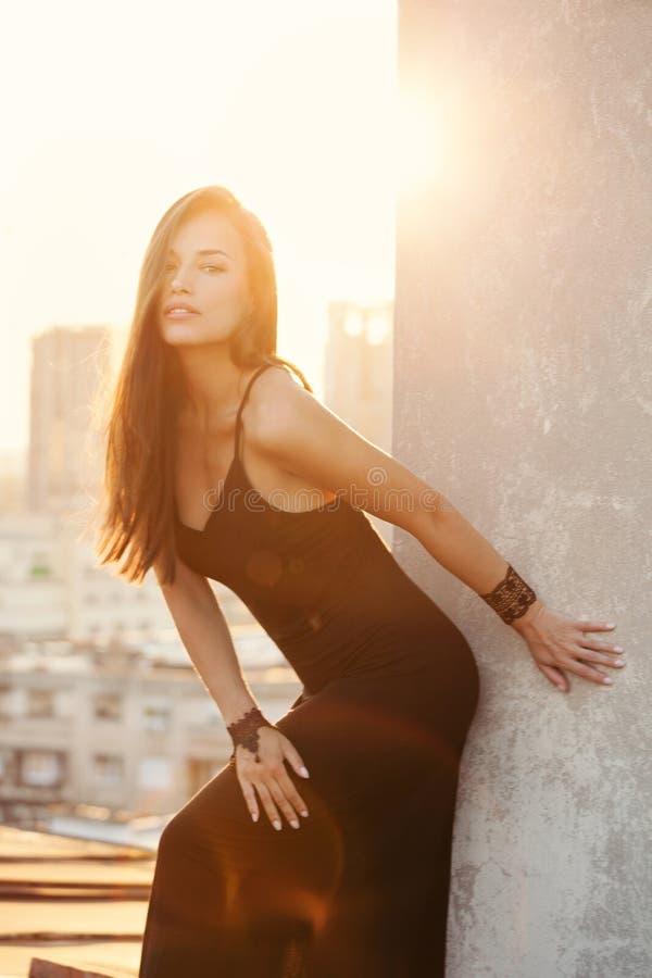Czarna suknia i miasto zdjęcie royalty free