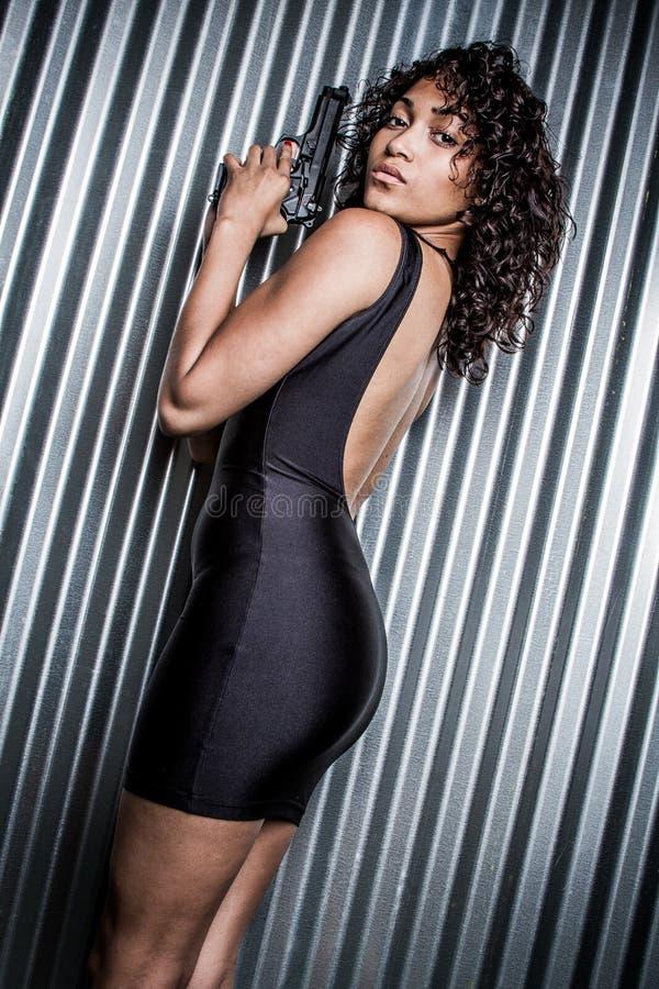 Czarna suknia pistoletu kobieta zdjęcie royalty free