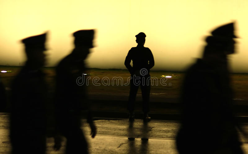 Czarna sylwetka na ściennym tle umundurowany funkcjonariusz policji obraz stock