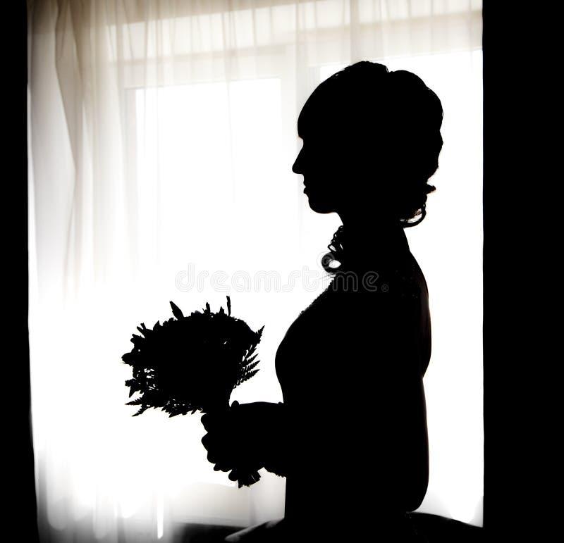 Czarna sylwetka piękna panna młoda z posy przeciw bielu wiatrowi obrazy royalty free