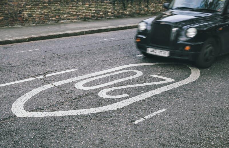 Download Czarna taksówka w ulicach obraz stock. Obraz złożonej z miastowy - 53792161