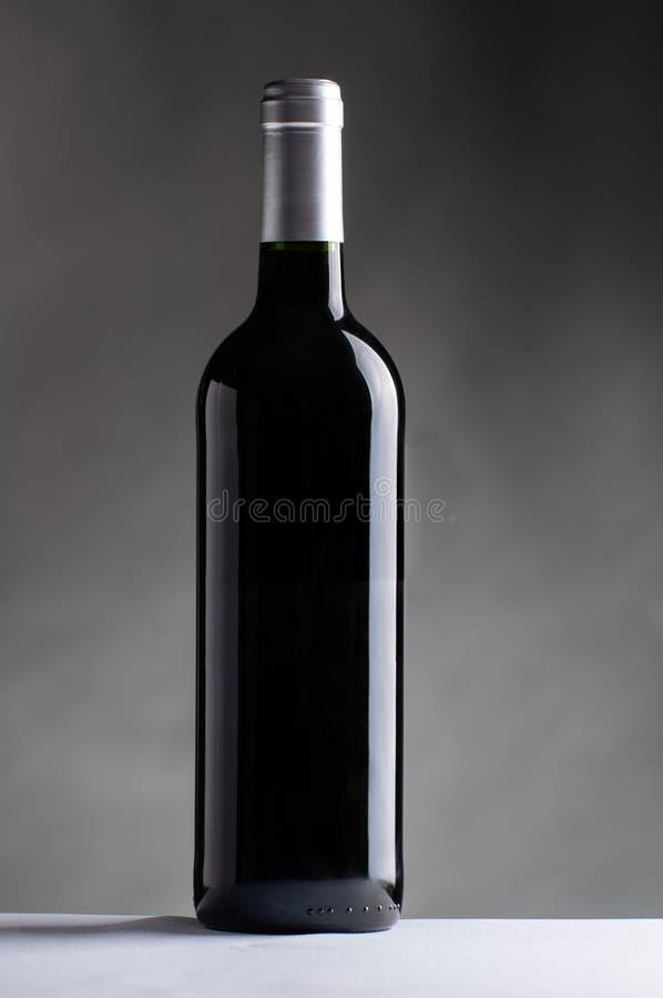 Czarna wino butelka odizolowywająca fotografia royalty free