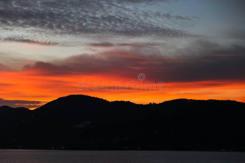 czarna wzgórze sylwetka pod pomarańcze obrazy royalty free