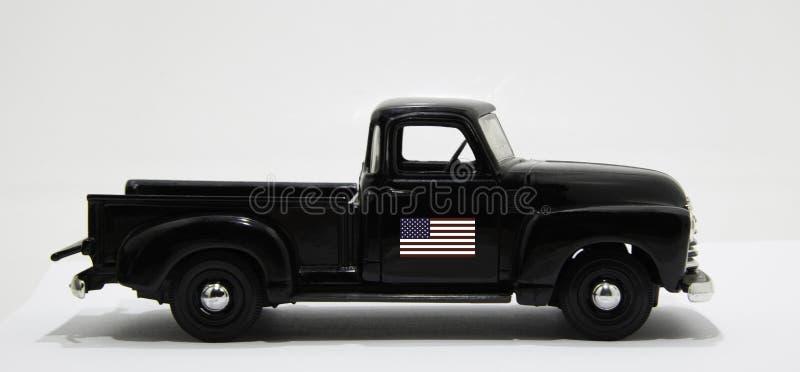 Czarna, zabytkowa ciężarówka z flagą USA na drzwiach obrazy royalty free