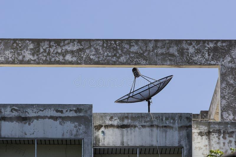 Czarne anteny satelitarne obraz stock