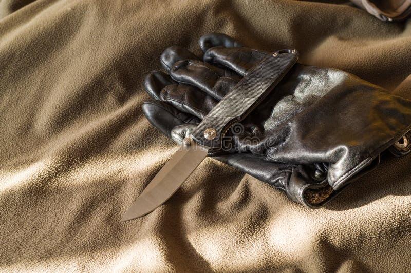 Czarne falcowania czerni i noża rękojeści Słońce promienie na nożu obrazy royalty free