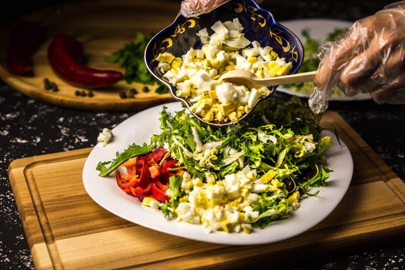 Czarne fasole z słodkim pieprzem na białym talerzu drewnianej desce i Narzuty ręki zdruzgotani jajka zdjęcie stock