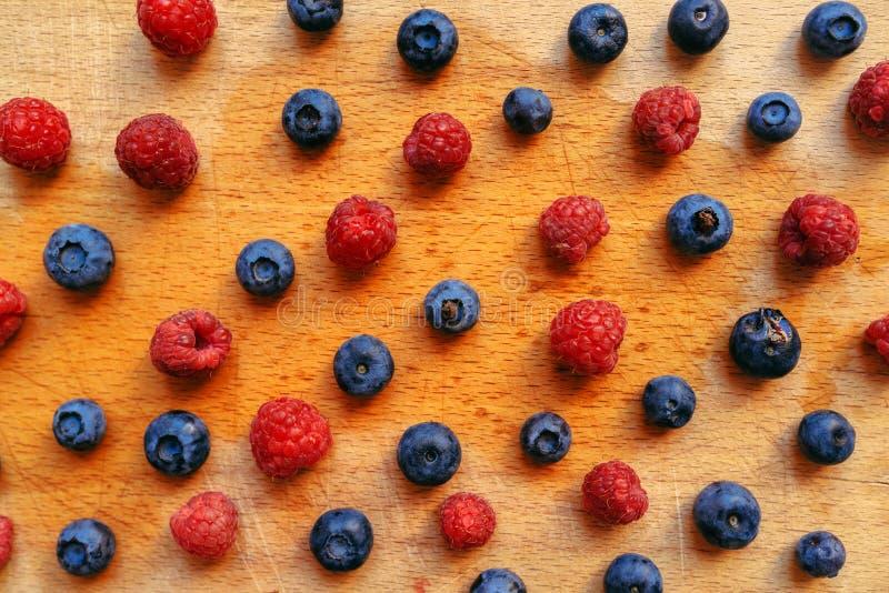 Czarne jagody i malinki, zdrowa lasowa jagodowa owoc fotografia royalty free