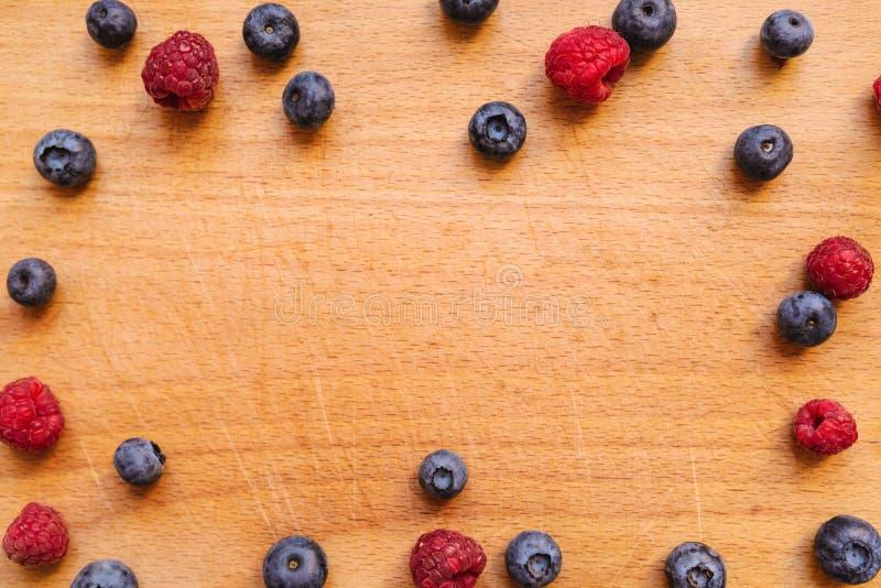 Czarne jagody i malinki, zdrowa lasowa jagodowa owoc obrazy stock