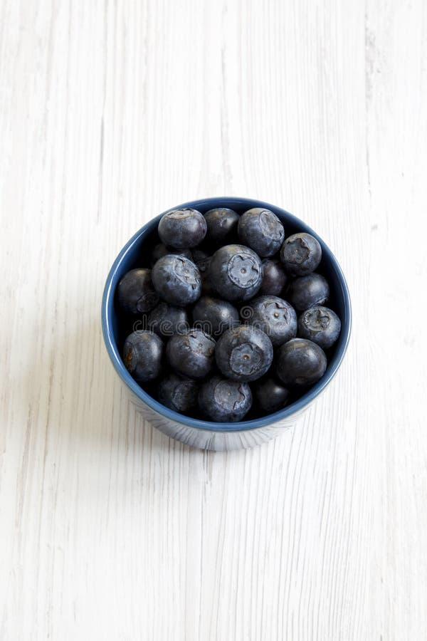 Czarne jagody w błękitnym łęku fotografia royalty free