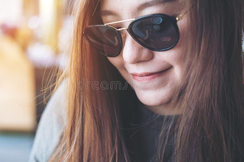 czarne okulary przeciwsłoneczne nosi kobiety obraz stock