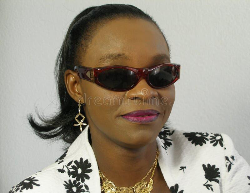 czarne okulary przeciwsłoneczne nosi kobiety zdjęcie stock