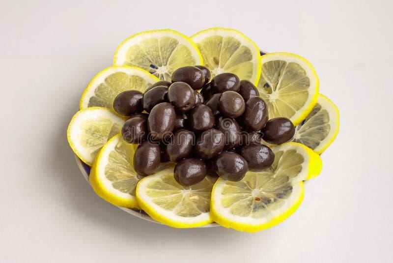 Czarne oliwki i segmenty cytryna obrazy stock