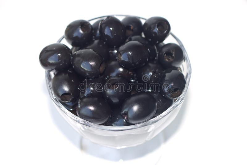 Czarne oliwki są w małej wazie zdjęcie royalty free