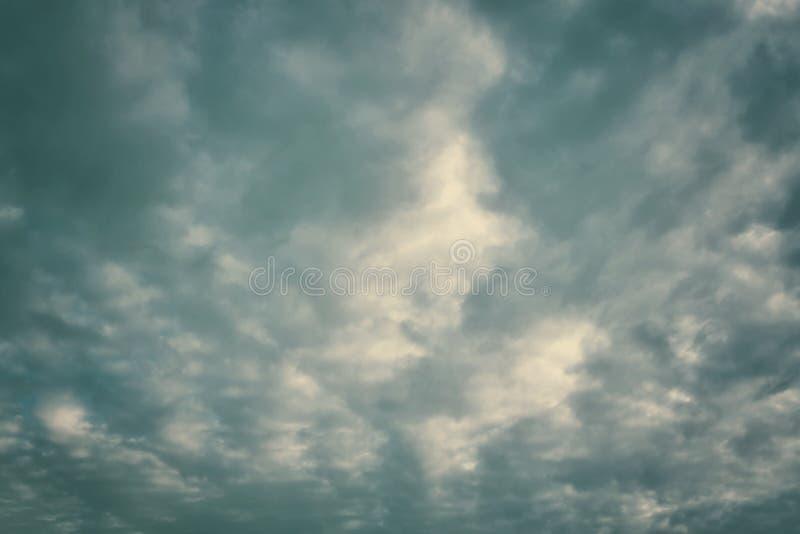czarne podeszczowe chmury zdjęcie royalty free