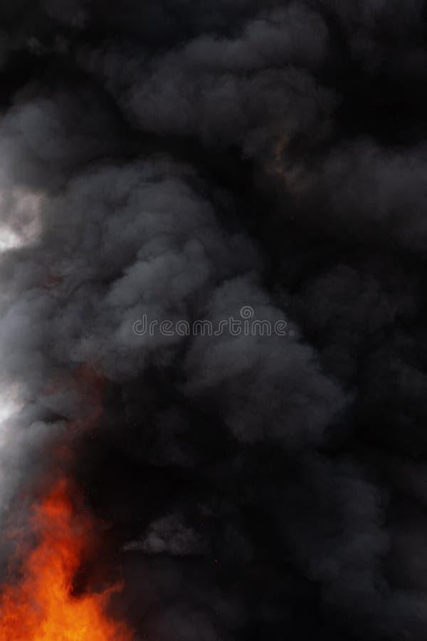 Czarne ruch chmury silny czerwonego ogienia dym zakrywali niebo fotografia stock