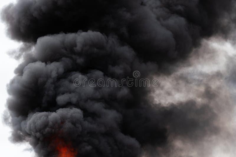 Czarne ruch chmury silny ogienia dym zakrywali niebo obrazy stock