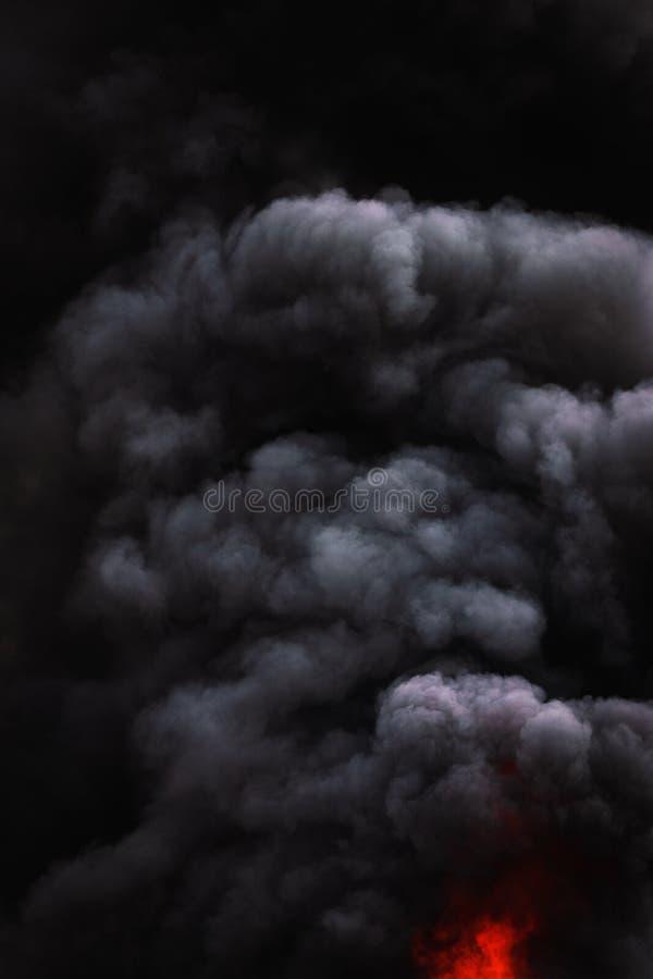 Czarne ruch chmury silny ogienia dym zakrywali niebo obrazy royalty free