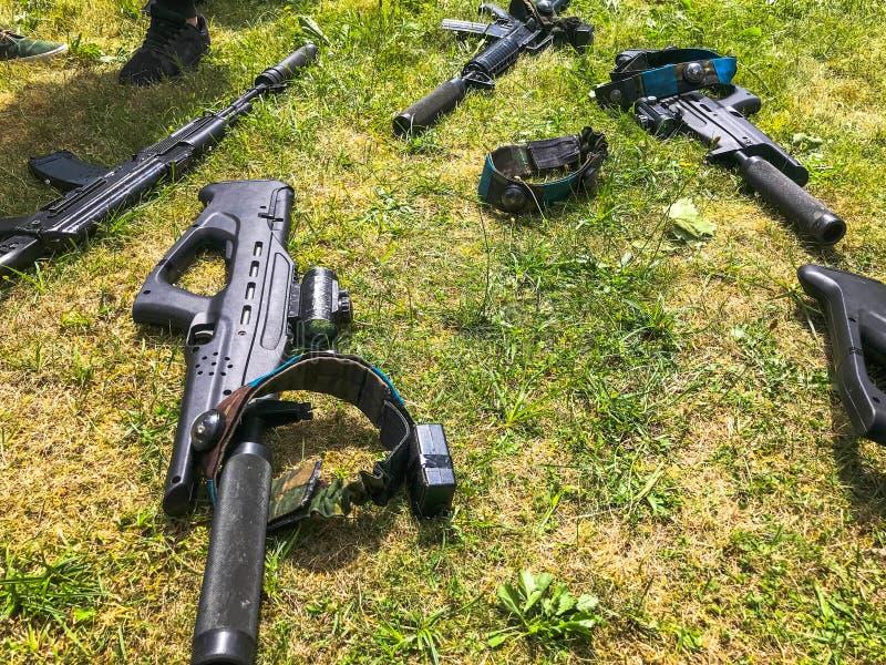 Czarnego żelaznego metalu wojska militarni karabiny maszynowi, bronie strzeleckie dla żołnierzy z silencers, realistyczni modele  fotografia royalty free