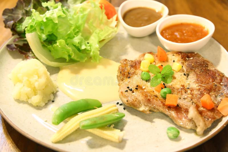 Czarnego pieprzu wieprzowiny stek i warzywo sałatka obraz stock