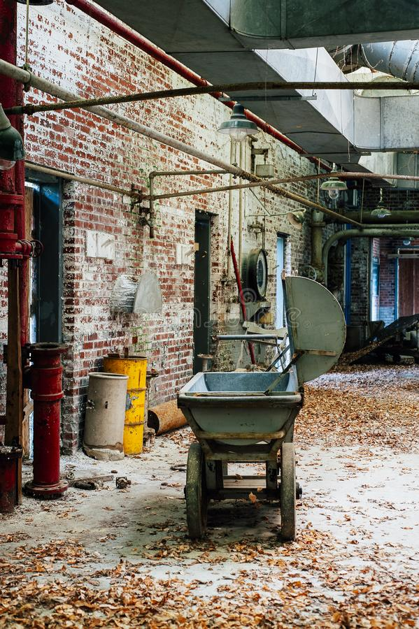 Czarnego proszka fura Zaniechanego Indiana wojska Amunicyjna zajezdnia - Indiana - melanżeru dom - zdjęcie stock