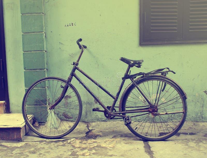 Czarnego rocznika rowerowy opierać przeciw grunge ścianie obraz stock