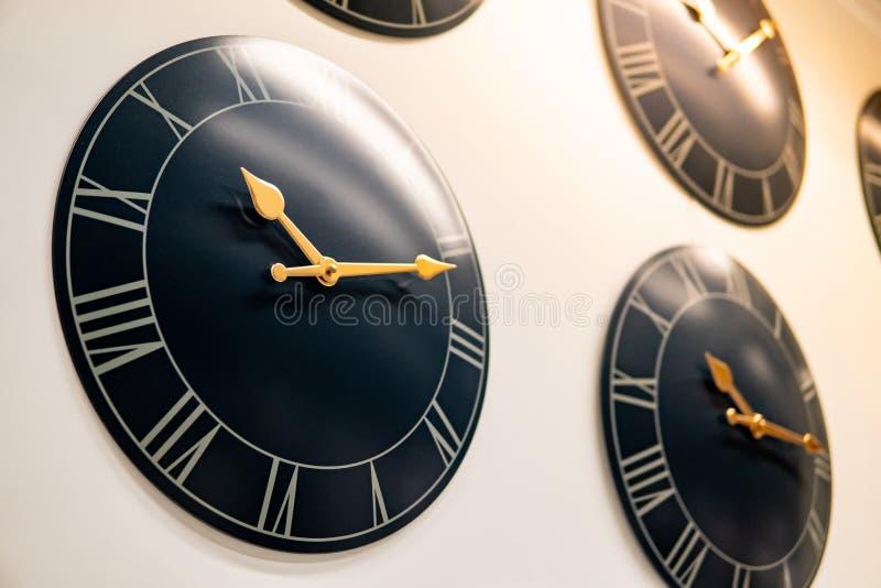Czarnego round ścienni zegary wystawiający na ścianie obraz stock