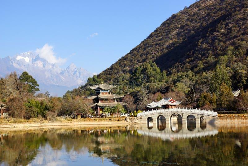 Czarnego smoka basenu chabeta smoka Śnieżna góra w Lijiang, Yunnan, Chiny obraz royalty free