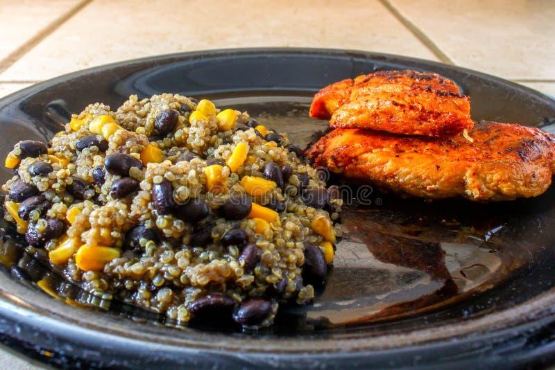 Czarnej fasoli i kukurudzy Quinoa z kurczakiem zdjęcie stock