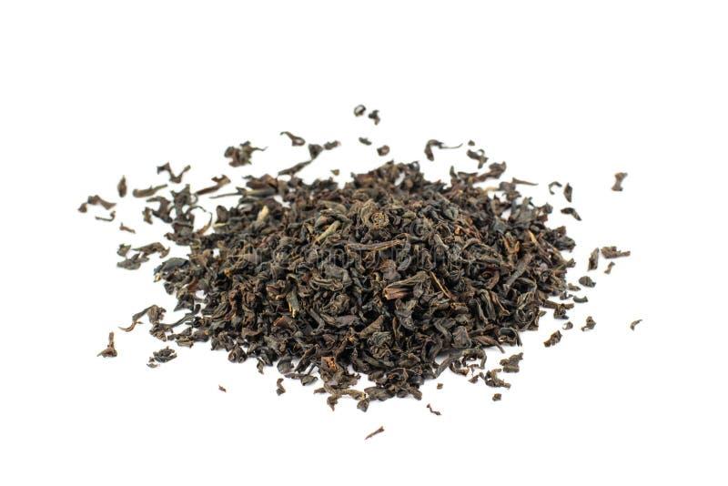 Czarnej herbaty suchy rozrzucony na białym tle zdjęcia stock
