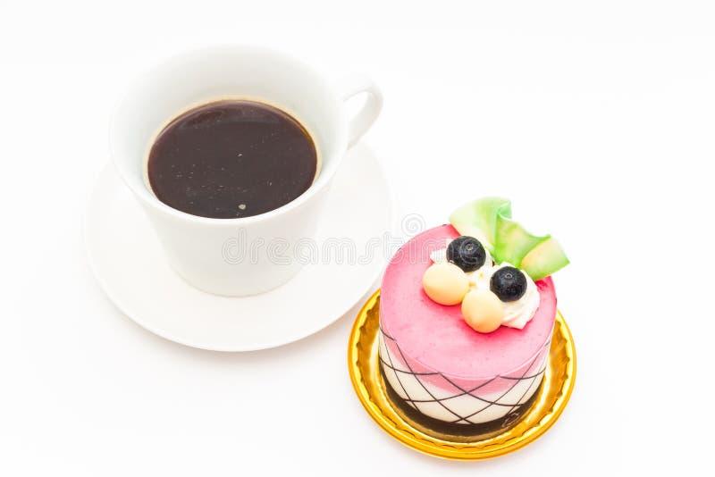 czarnej jagody babeczka z czarną kawą w białym kawowym kubku obraz royalty free