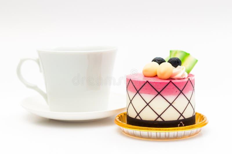 czarnej jagody babeczka z czarną kawą w białym kawowym kubku zdjęcia stock