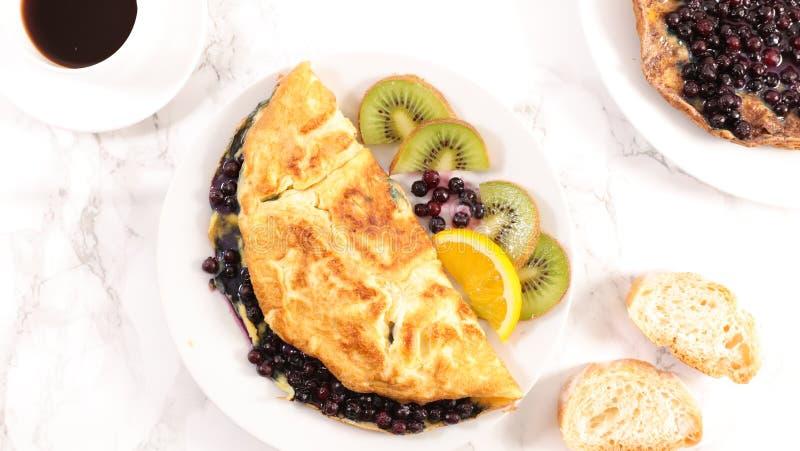 Czarnej jagody kawa i omlet obrazy royalty free