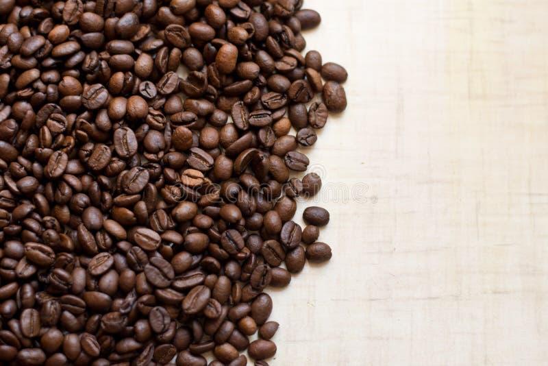Czarnej kawy adra kłamają na lekkim drewnianym stole, tło wizerunek miejsce tekst obrazy stock