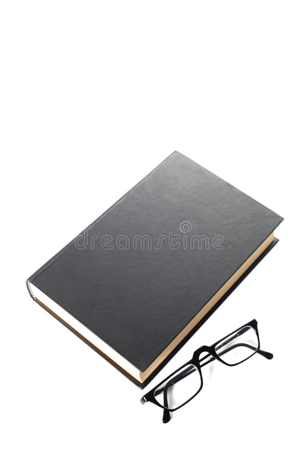 Czarnej książki i oka szkła odizolowywający na białym tle z kopii przestrzenią dla twój teksta zdjęcia royalty free