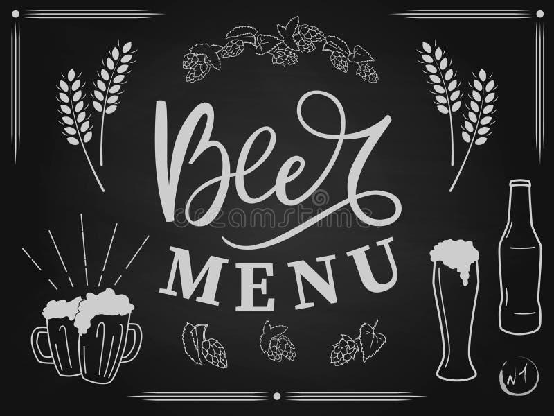 Czarnej ręki szczotkarskiego literowania rysujący Piwny menu na chalkboard tle royalty ilustracja