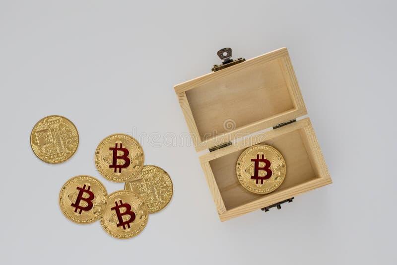 Czarnej skóry Pudełkowata i Złocista metal moneta Złoty Bitcoin zdjęcia stock